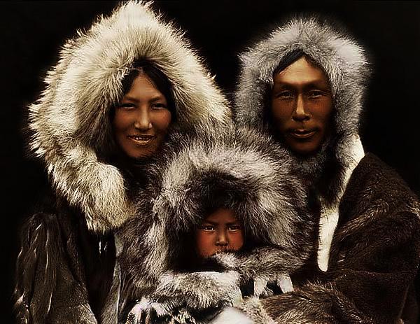 IN そもそもイヌイットとは、カナダ北部などの氷雪地帯に住む先住民族。 極寒での生活をおくるイヌ